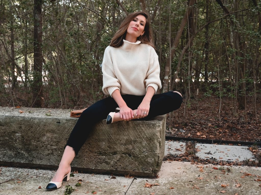 Houston lifestyle blogger Maria Munoz shares how to style black jeans for fall