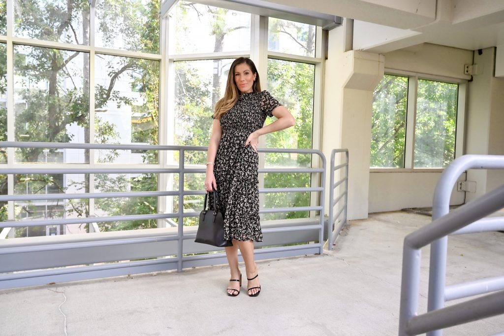 Houston lifestyle blogger in fall transition style